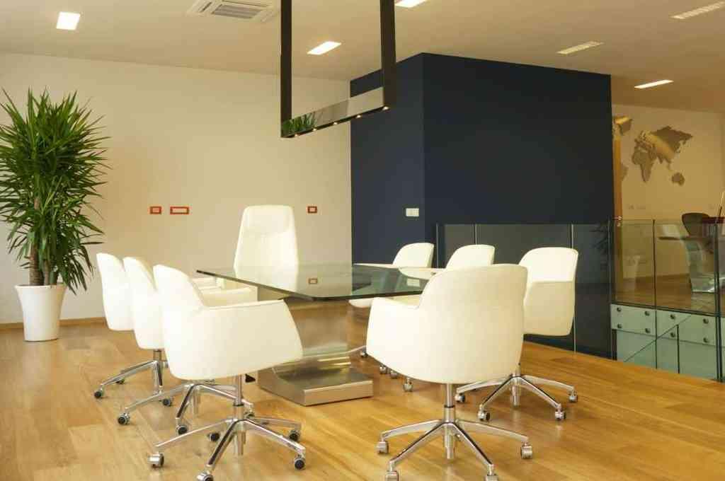 Arredamento sala riunioni niemeyer estel vetrina belardi for Sala arredamento