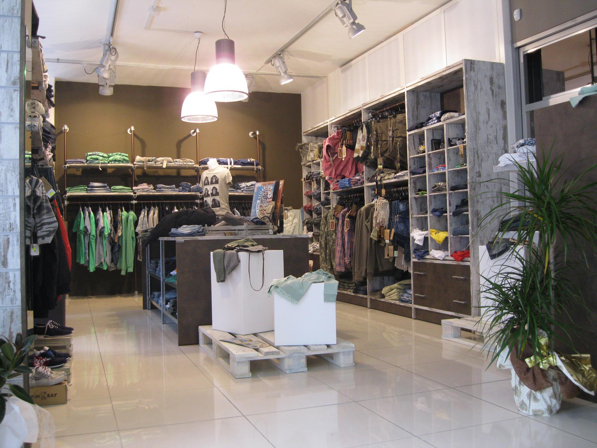 Arredamento per negozi di abbigliamento arredamento for Negozi arredamento lucca