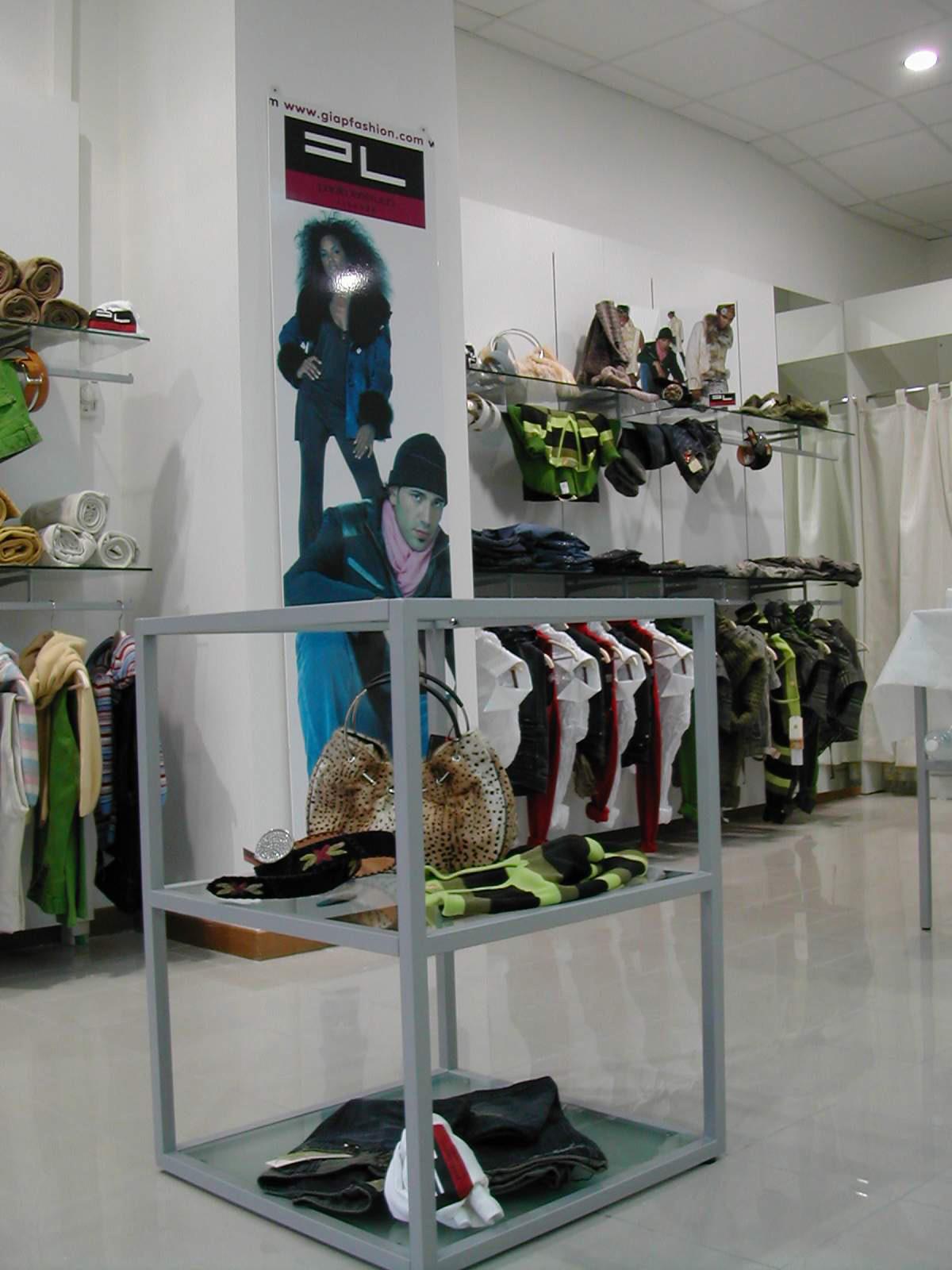 Arredamento negozi abbigliamento toscana tutte le for Arredamento per negozi abbigliamento