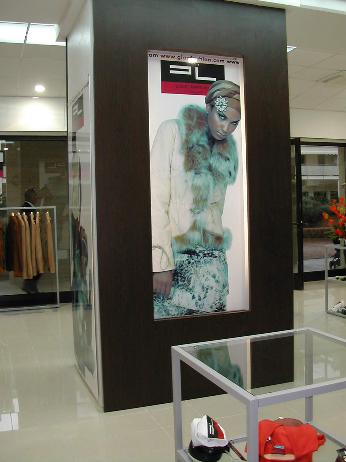 Arredamento per negozi di abbigliamento arredamento per for Arredamento per negozi abbigliamento