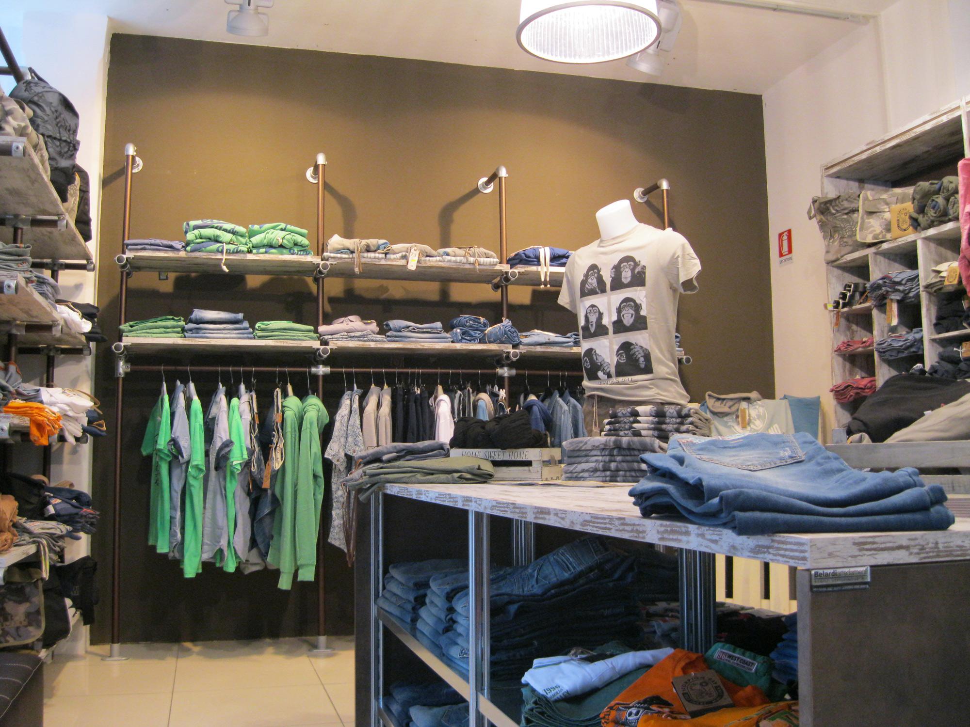 Arredamento per negozi di abbigliamento arredamento for Arredamento per negozi abbigliamento