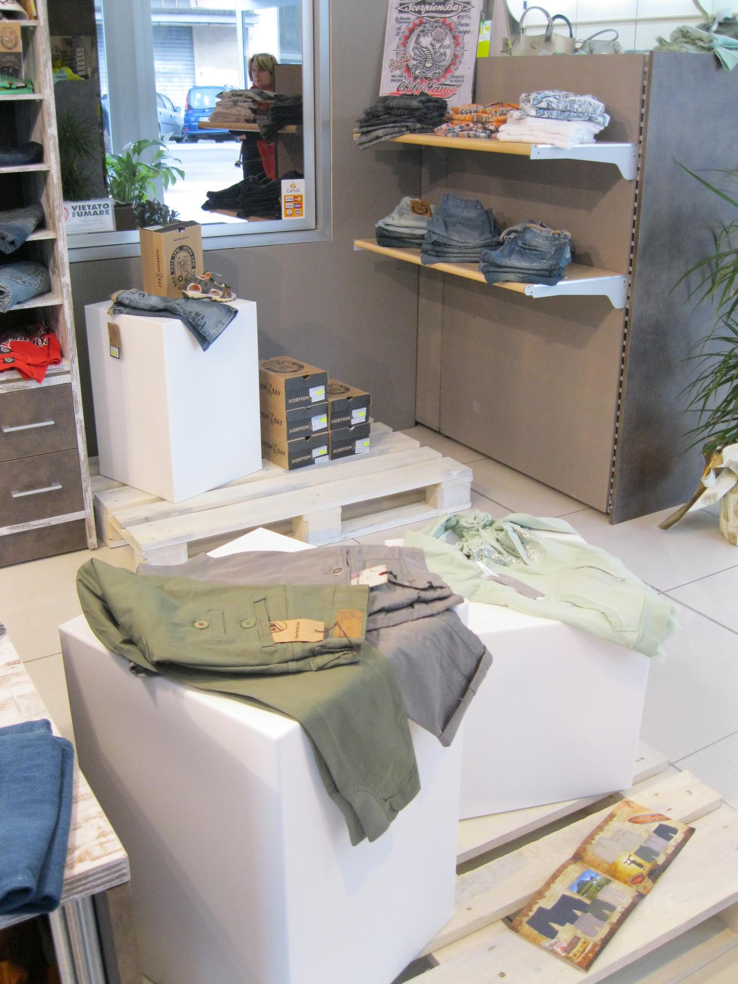 Arredamento per negozi di abbigliamento arredamento for Arredamenti per negozi di abbigliamento