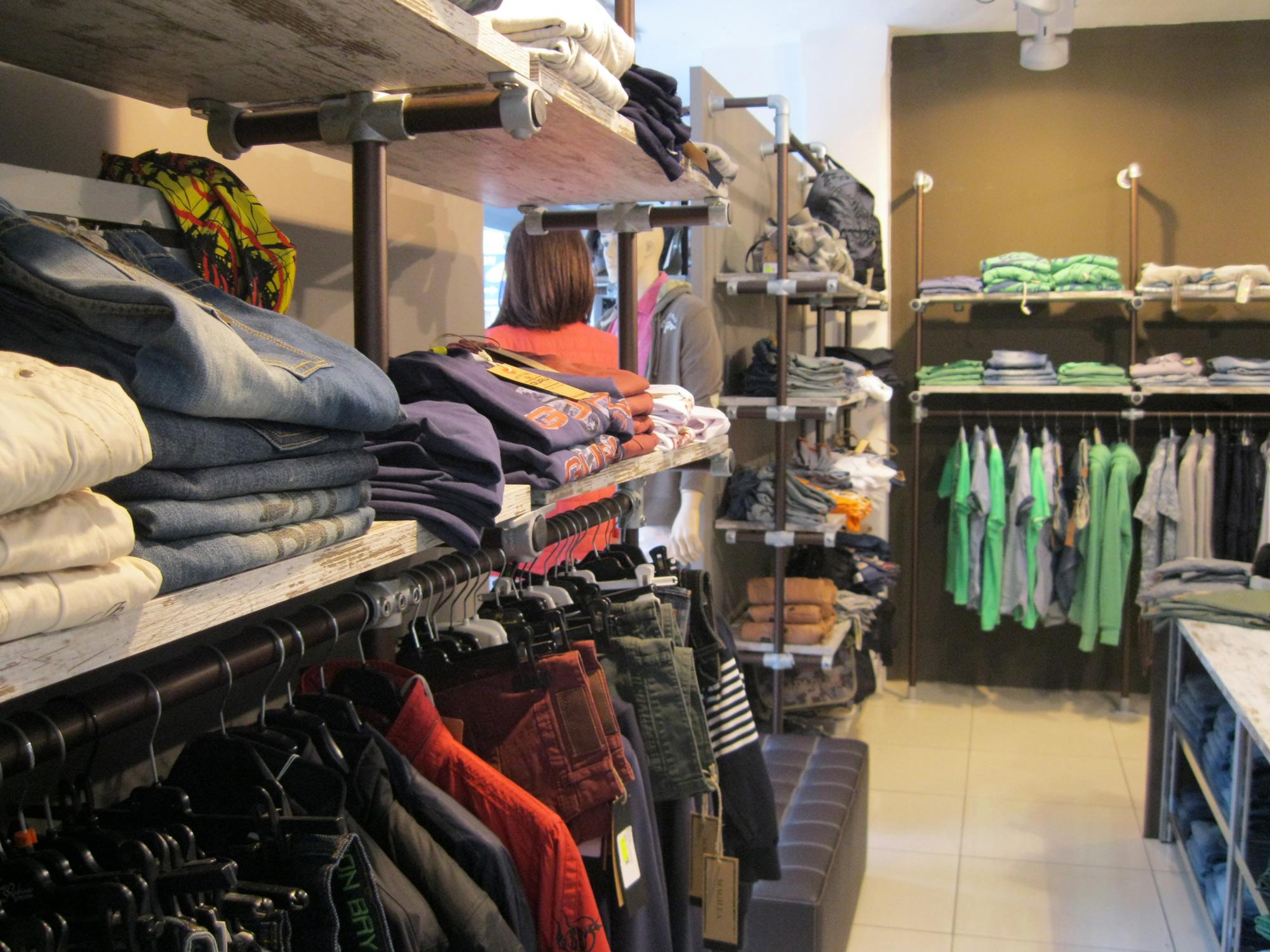 Arredamento per negozi di abbigliamento arredamenti for Arredamento per negozi abbigliamento
