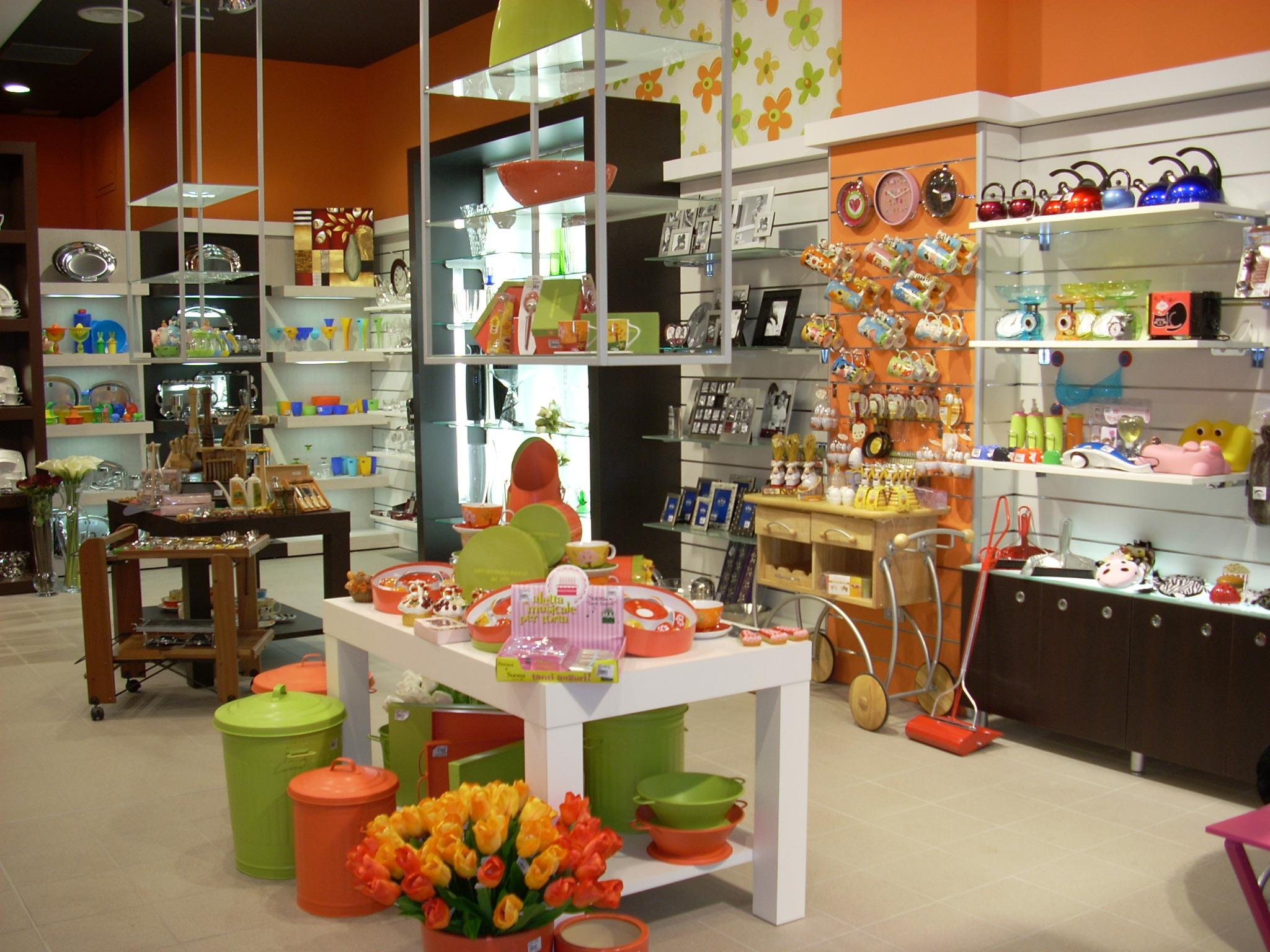 Arredamento per negozi di articoli da regalo toscana for Arredamento negozi
