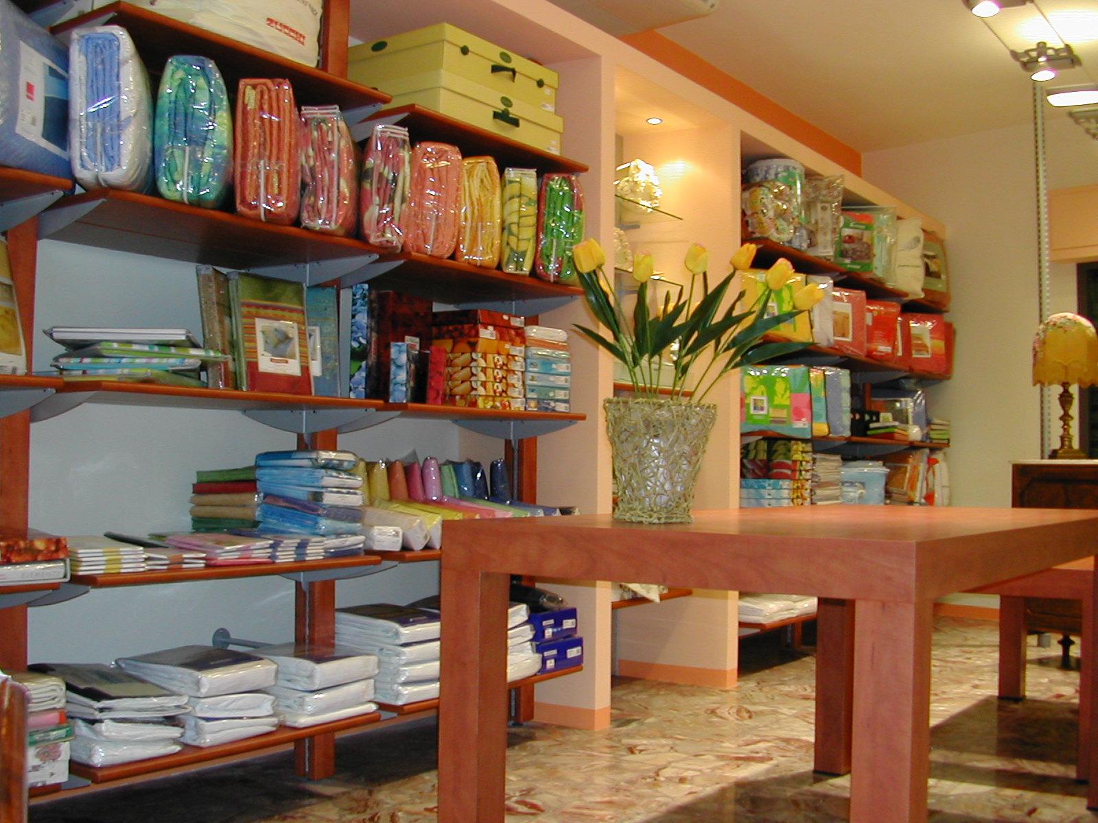 Arredamento per negozi di biancheria toscana belardi for Arredamento negozi