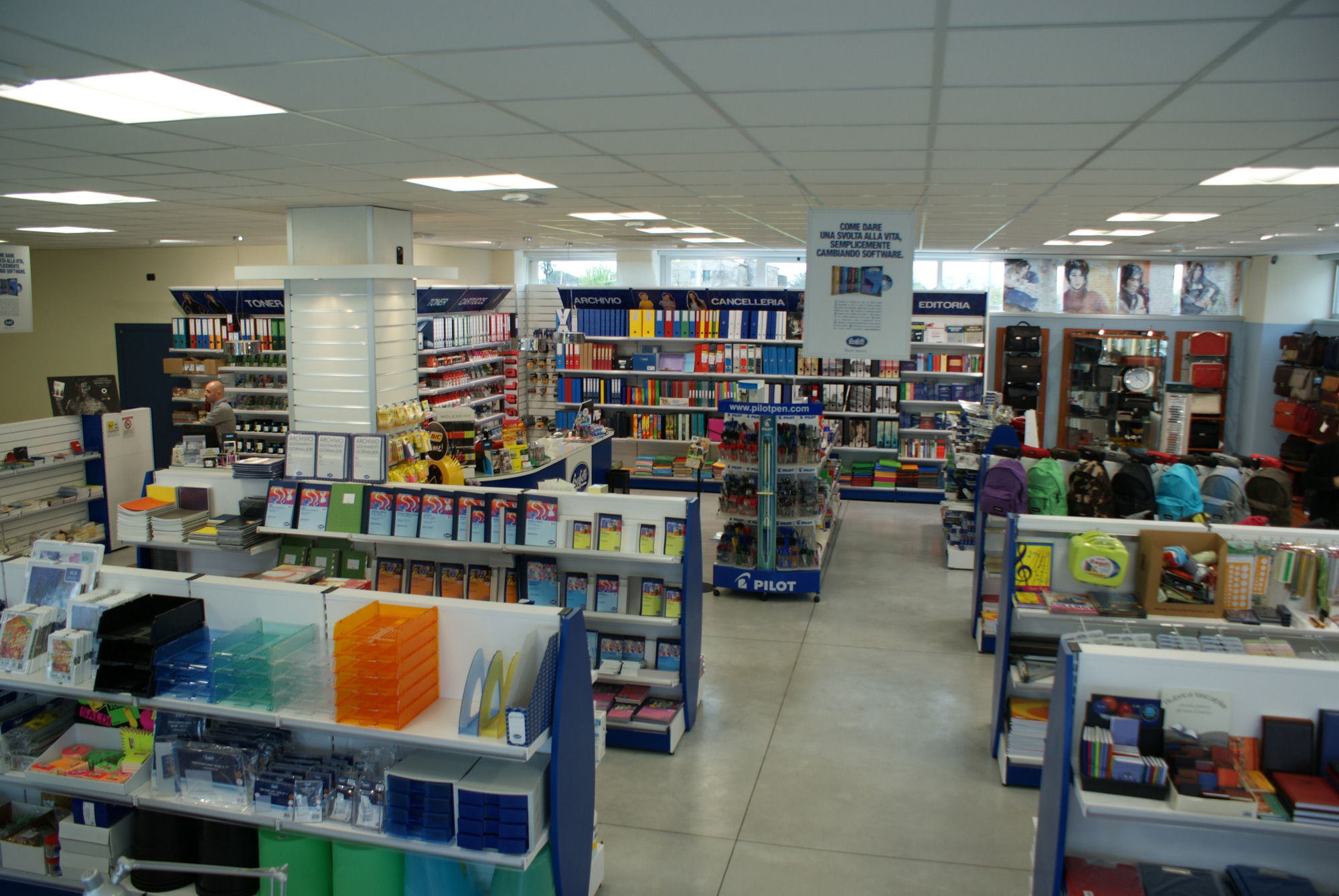 Negozi arredamento arezzo arredamento per negozi di for Arredamento firenze negozi