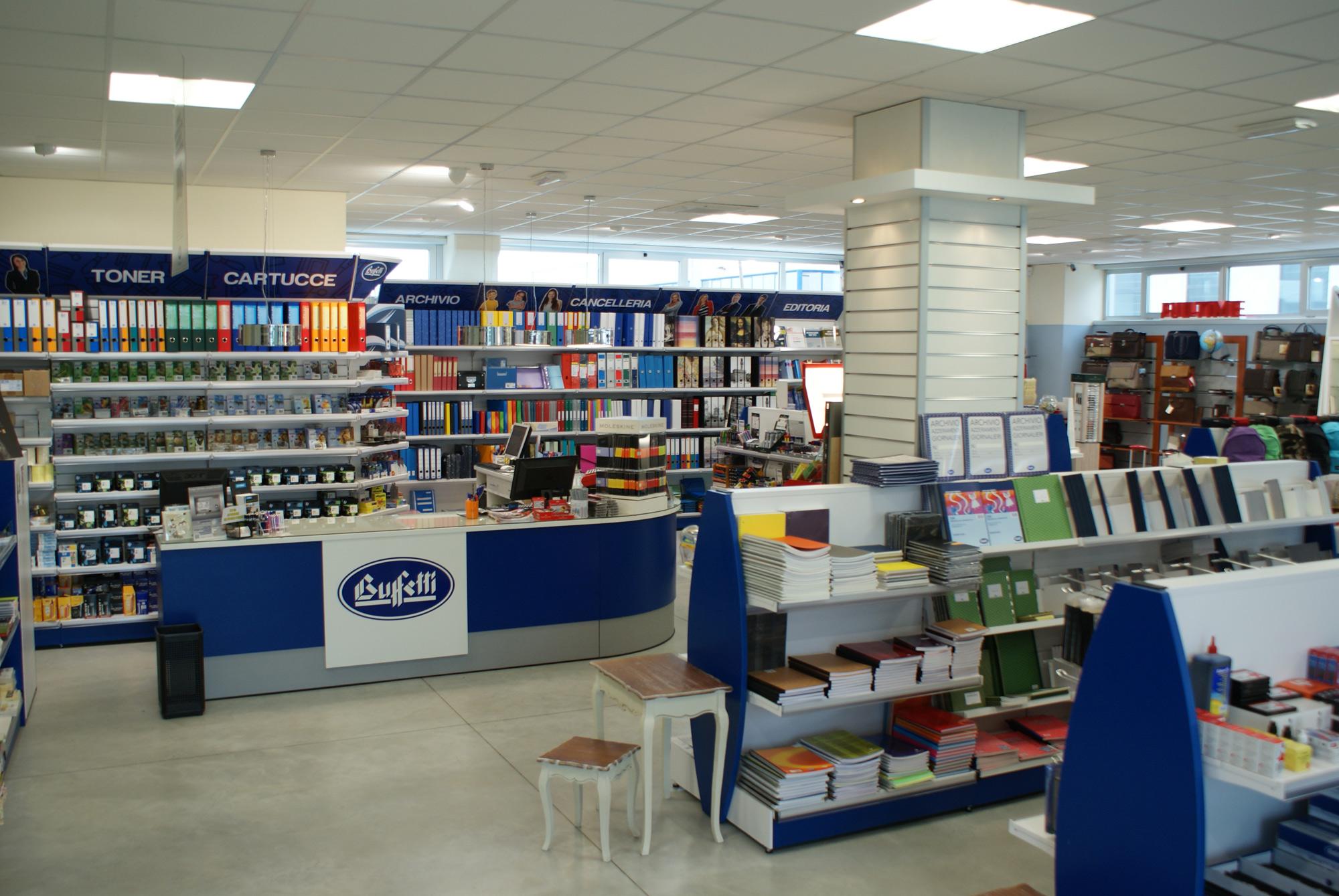 Arredamento per negozi di cartoleria cancelleria toscana for Arredamento negozi