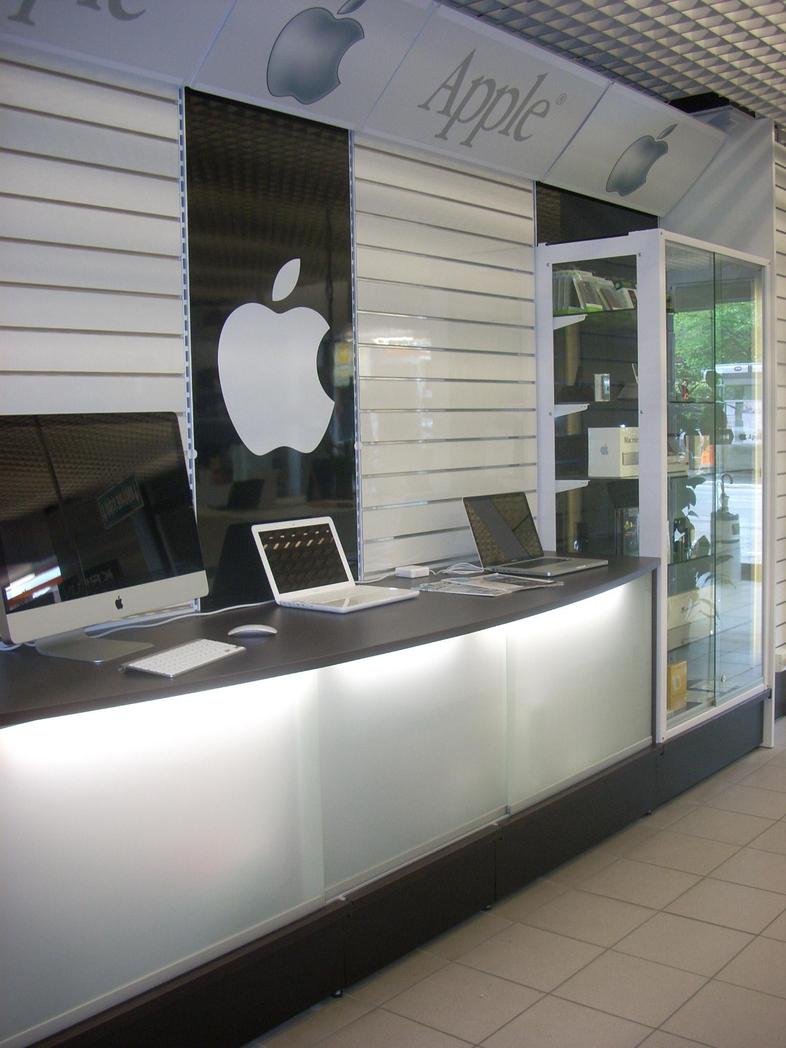 Arredamento per negozi di informatica toscana belardi for Arredamento negozi