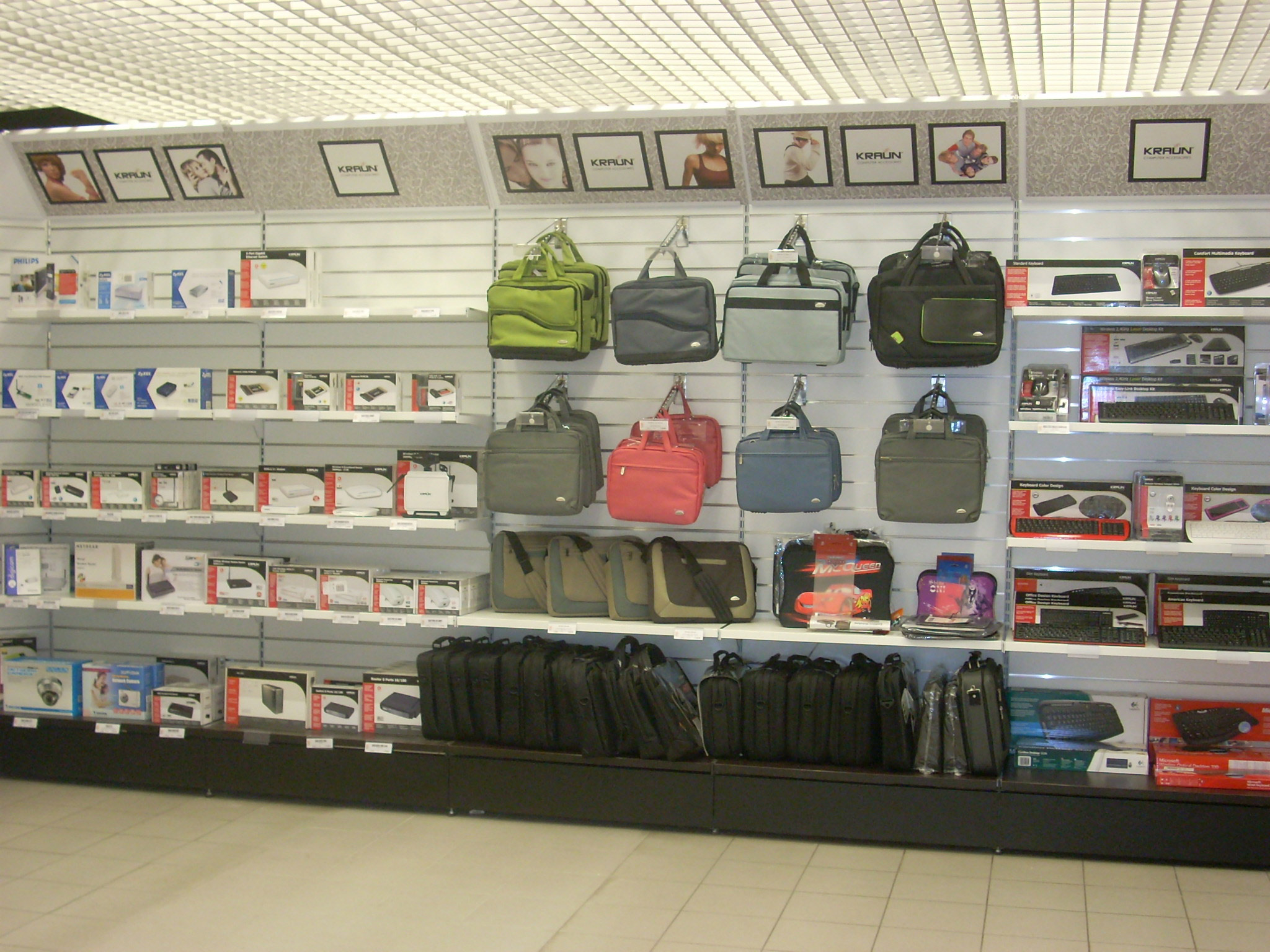 Arredamento per negozi di informatica toscana belardi for Negozi mobili online