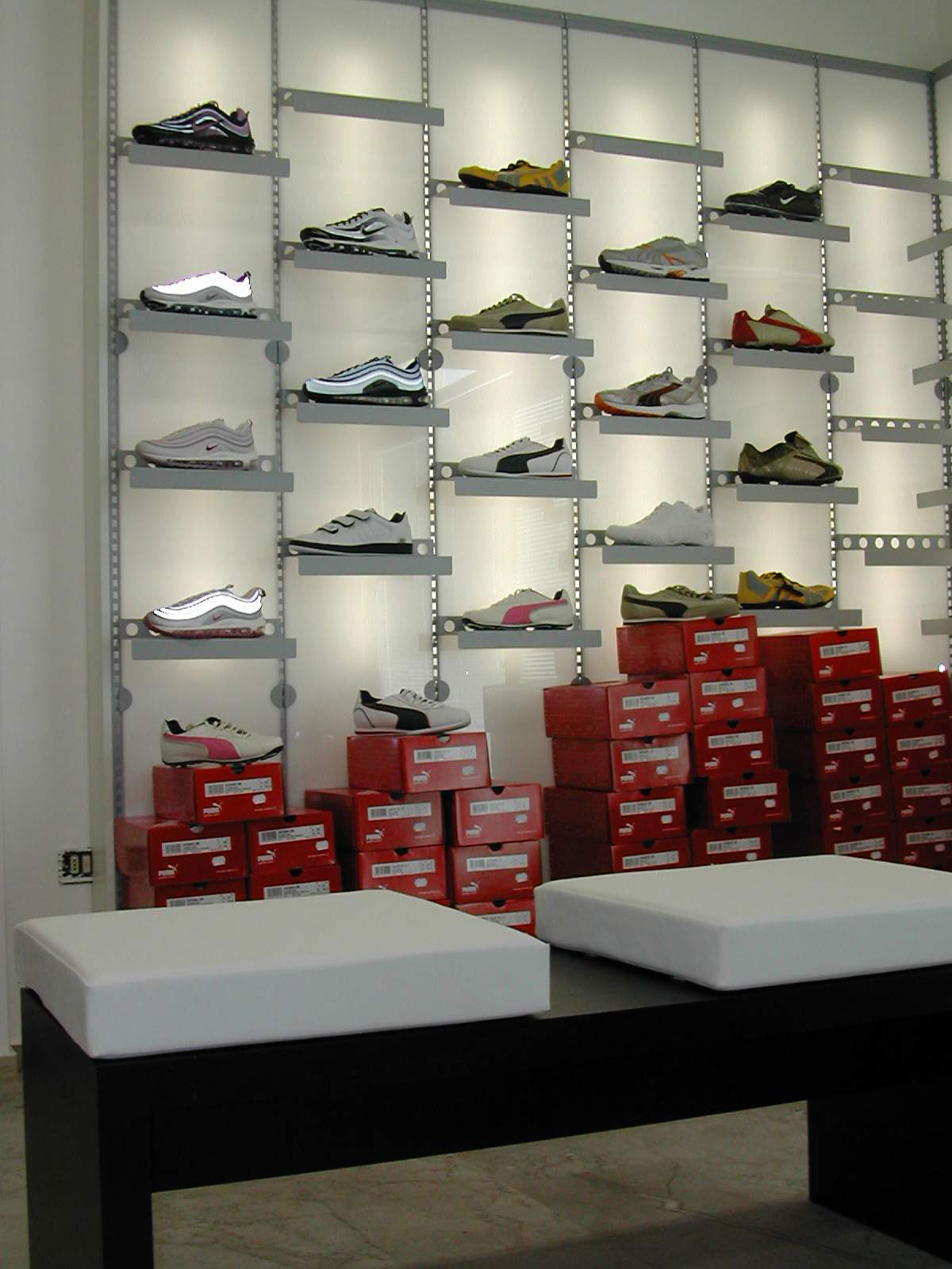 Arredamento per negozio di calzature toscana belardi arredamenti for Immagini arredamento