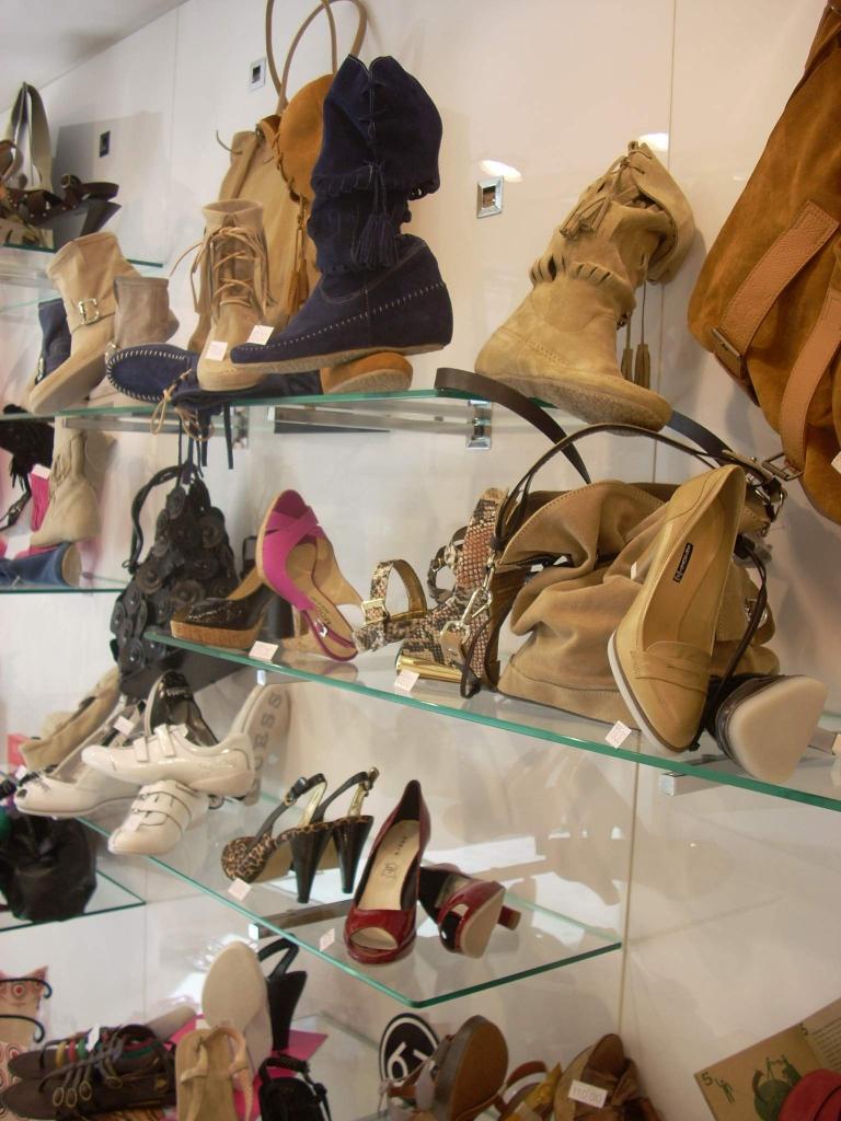 arredamento-negozio-calzature-vetrina