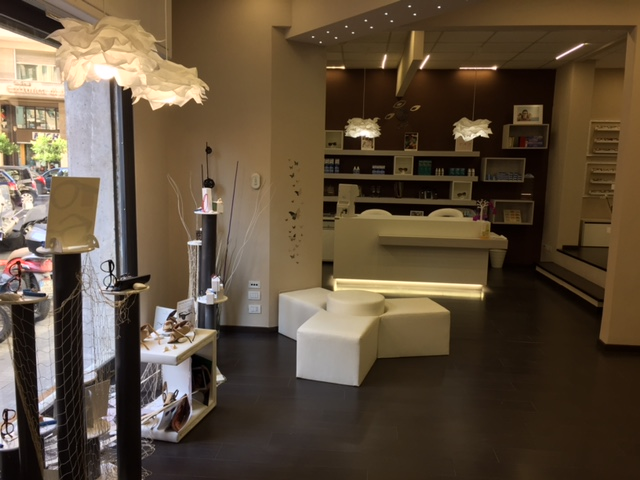 Arredamento per negozi di ottica toscana belardi arredamenti for Industria italiana arredi