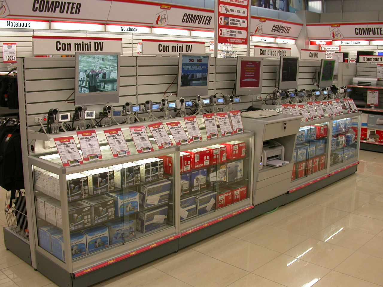 Arredamento per negozi di elettronica toscana belardi for Catene arredamento casa