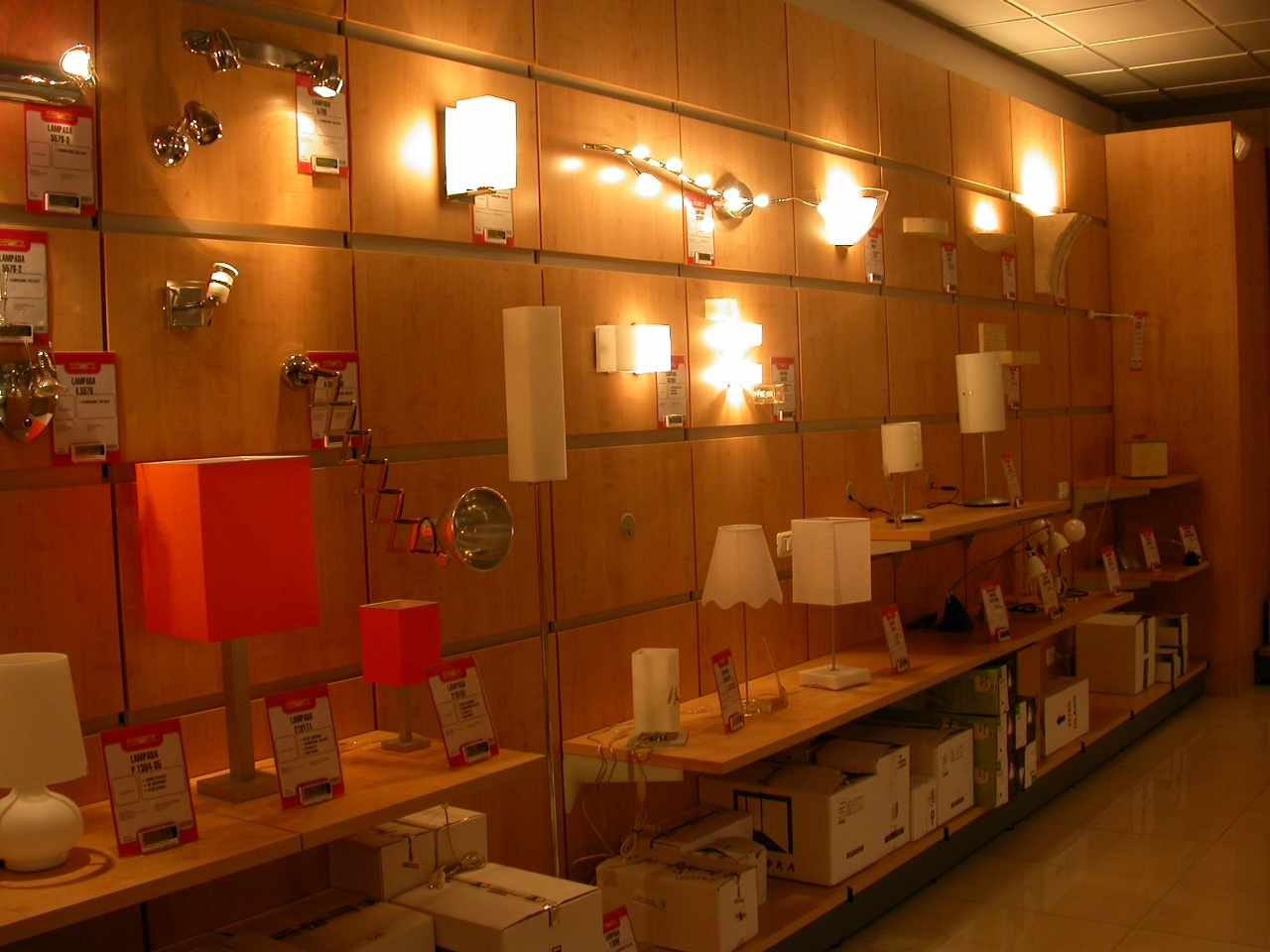 Arredamento per negozi di elettronica toscana belardi for Catene di arredamento