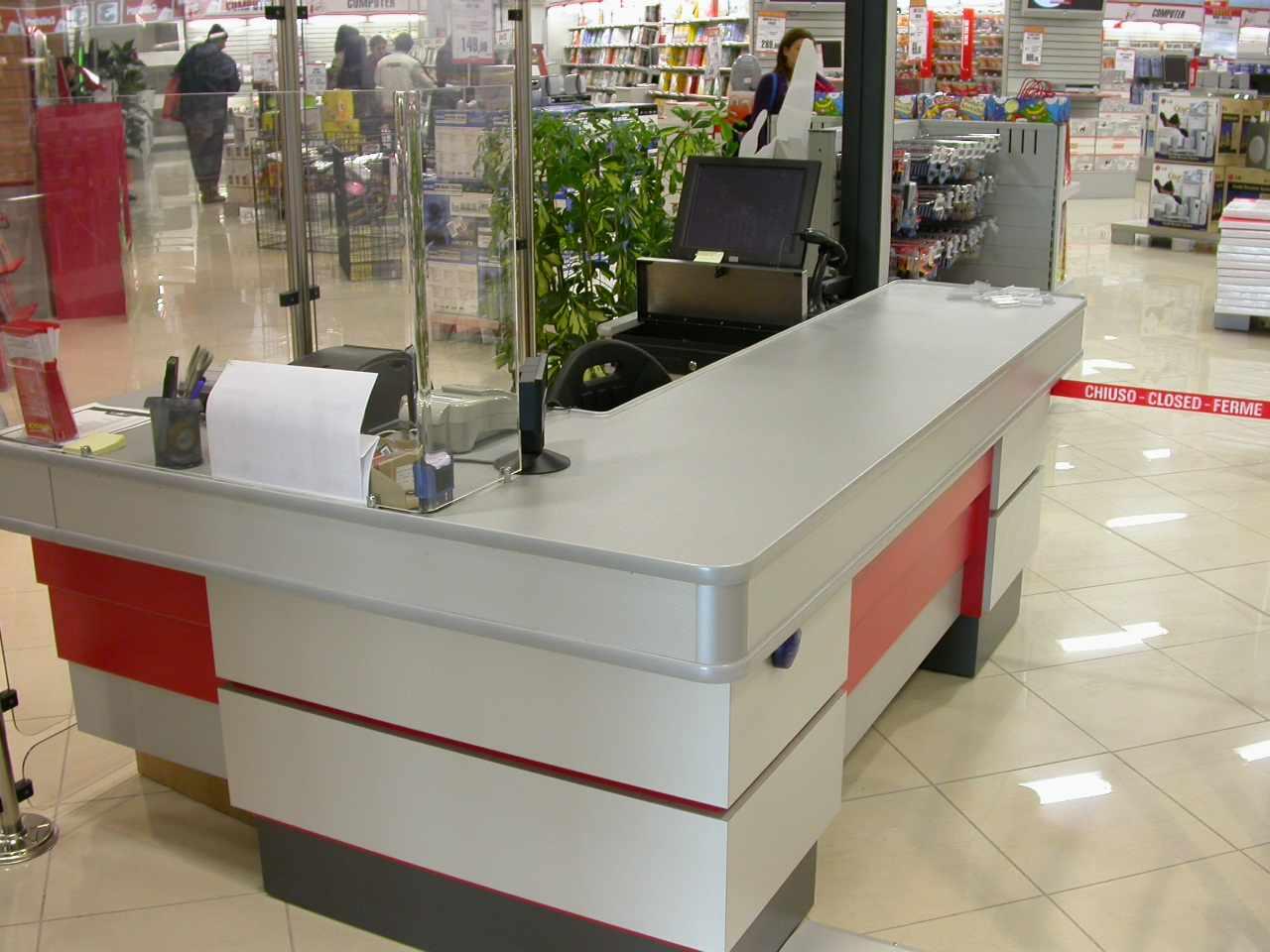 Arredamento per negozi di elettronica toscana belardi for Catene arredamento