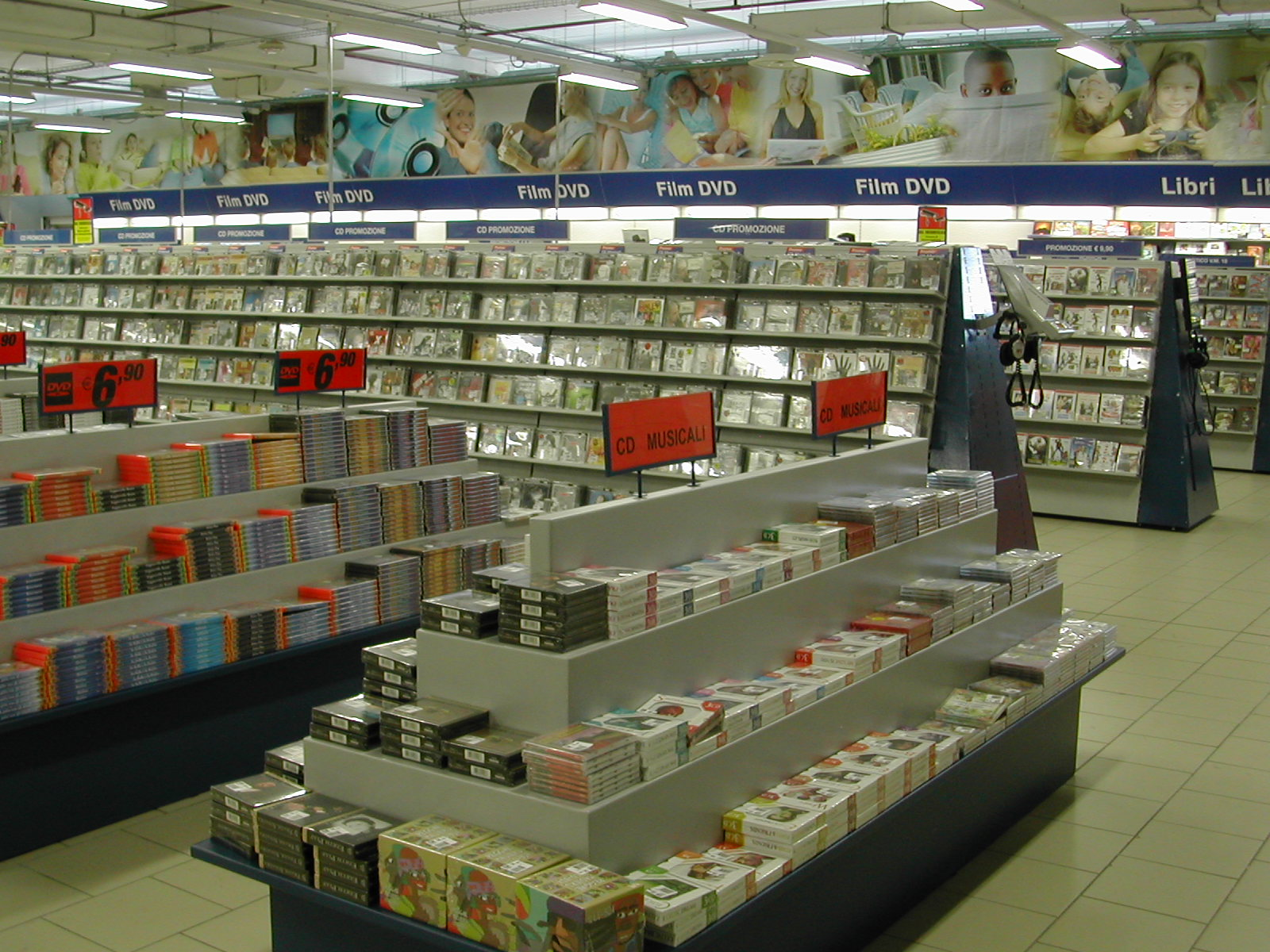 Arredamento per negozi di elettronica toscana belardi for Negozi di arredamento toscana
